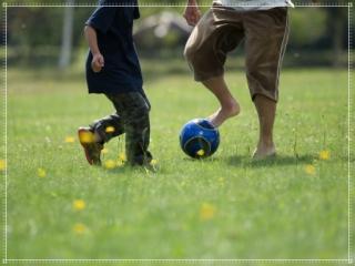 親子でサッカーをする画像