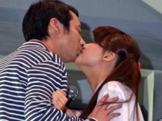 いしだ壱成と飯村貴子のキス画像