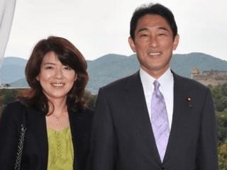 岸田文雄と妻の裕子夫人の画像